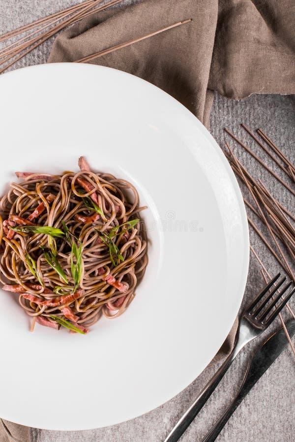 Bol de nouilles de soba avec du boeuf et des légumes Nourriture asiatique Vue supérieure images stock