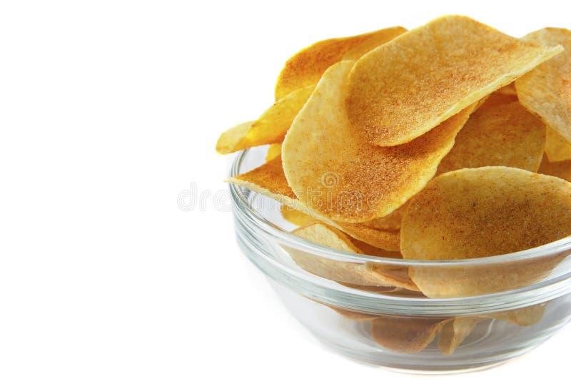 Bol de pommes chips croustillantes savoureuses sur le fond blanc Casse-croûte d'aliments de préparation rapide photos libres de droits