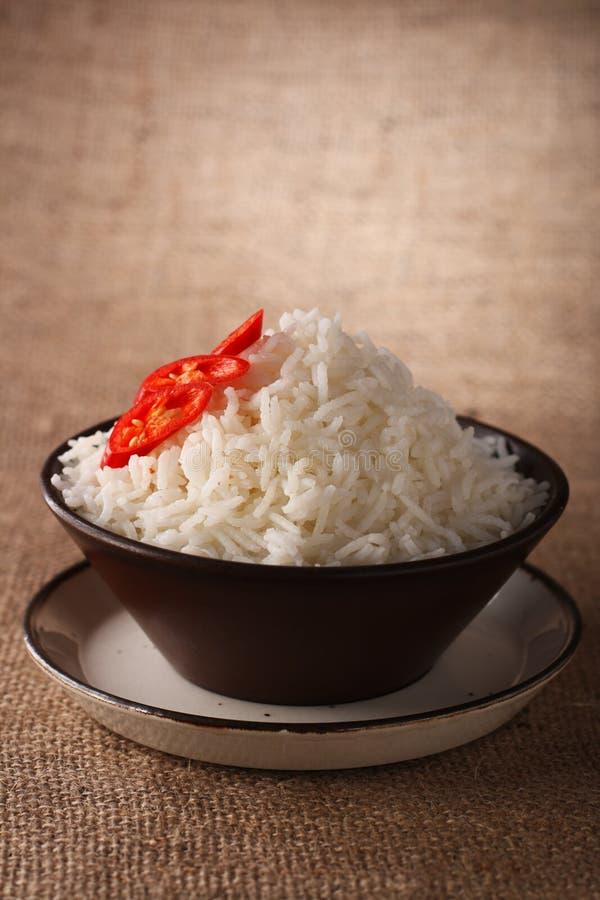 Bol de riz avec le fond rustique de s/poivron frais photo libre de droits