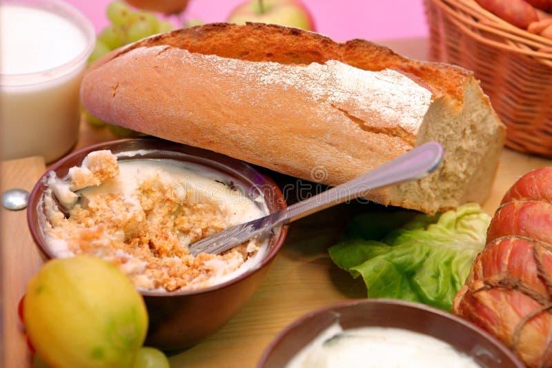 Bol de saindoux et de pain frais sur la table photographie stock