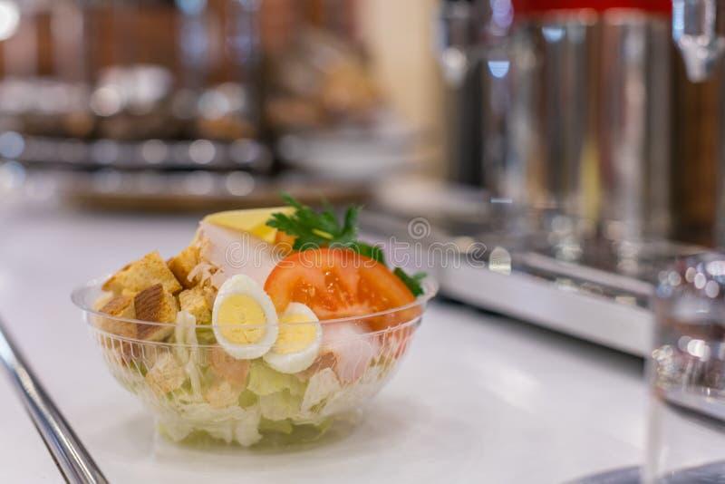 Bol de salade de César image stock