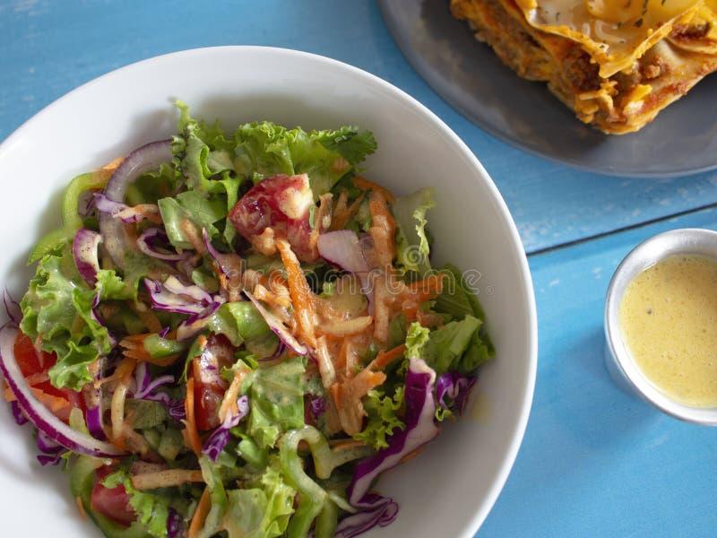 Bol de salade verte avec le chou pourpre de tomates de carottes d'oignons de laitue Chili vert avec le Vinaigrette de citron image stock