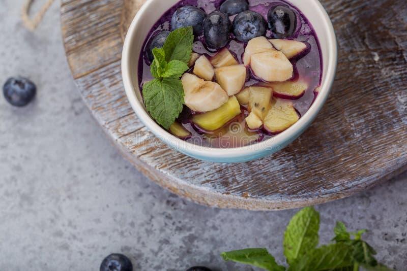 Bol de smoothie d'acai de petit déjeuner pour le mode de vie sain images stock