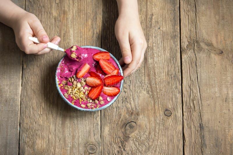 Bol de smoothie de petit déjeuner dans des mains photos libres de droits