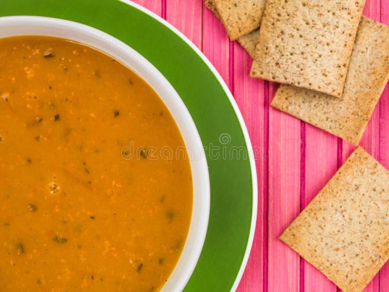 Bol de soupe à carotte et à coriandre images stock