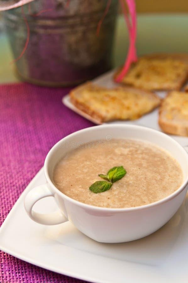Bol de soupe à champignons photo libre de droits