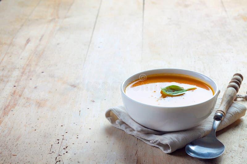 Bol de soupe à courge photo libre de droits