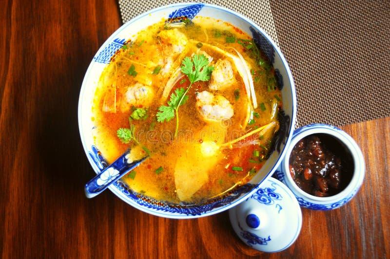 Bol de soupe aigre vietnamienne avec des pousses de bambou et des boules de poissons photographie stock