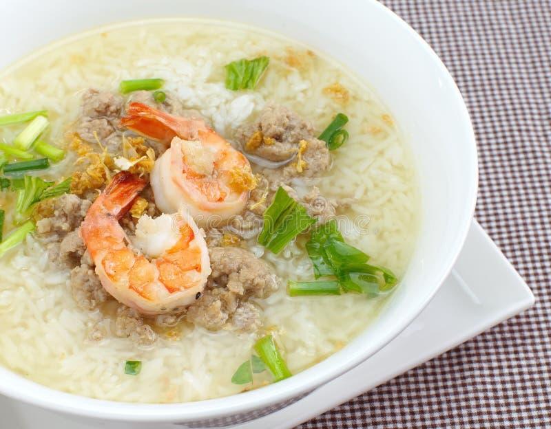 Bol de soupe au riz avec la crevette image libre de droits
