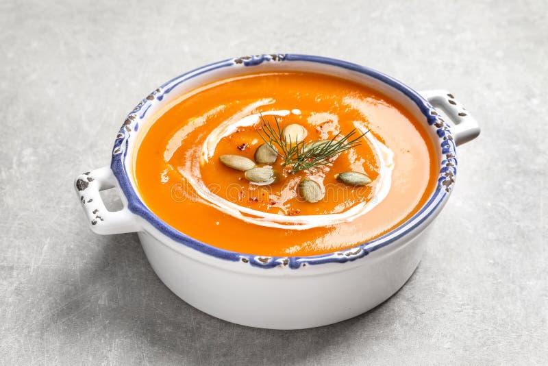 Bol de soupe savoureuse à patate douce avec des graines de citrouille images stock