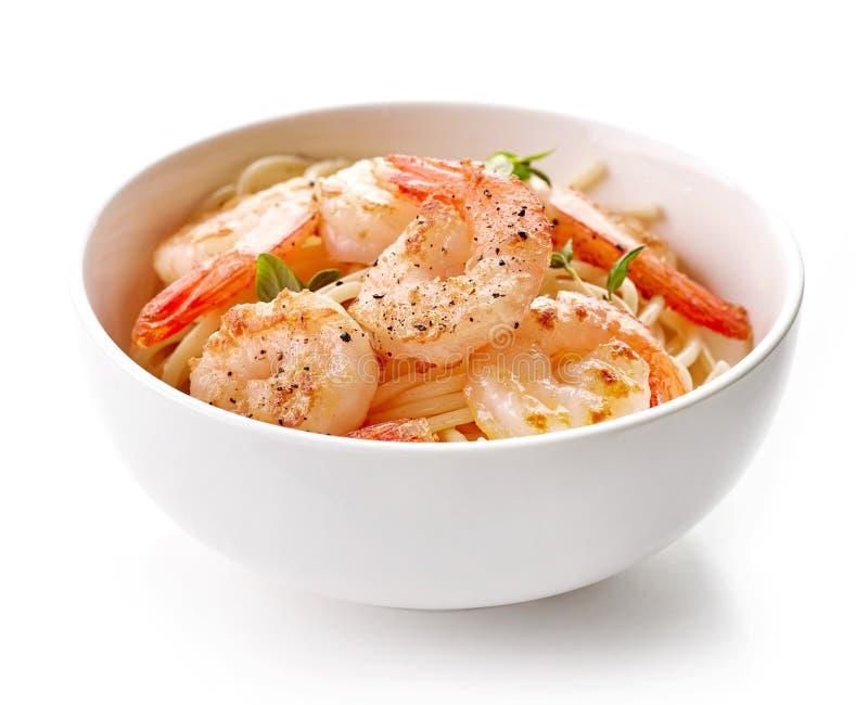 Bol de spaghetti et de crevettes roses frites photo libre de droits