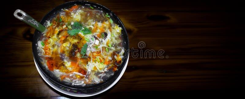 Bol de style taiwanais aigre et de soupe épicée servie sur un S en bois photos libres de droits