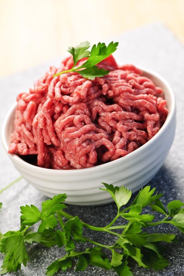 Bol de viande hachée crue photographie stock libre de droits