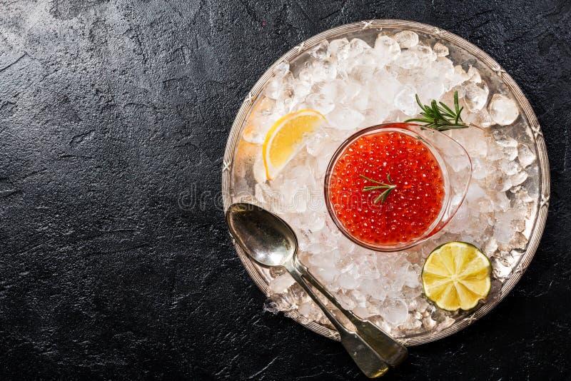 Bol de vidrio con el caviar rojo foto de archivo