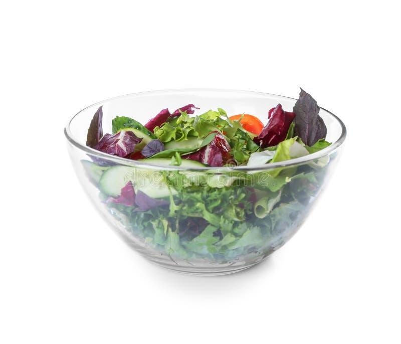 Bol de vidrio con la ensalada de las verduras frescas en el fondo blanco fotos de archivo