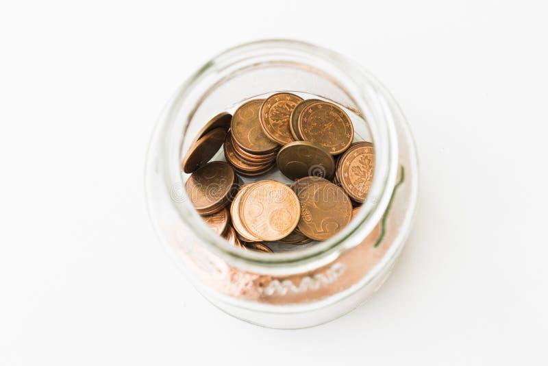 Bol de vidrio con 5 monedas del centavo euro foto de archivo