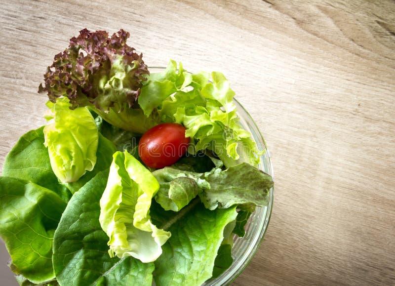 Bol de vidrio de ensalada de las verduras frescas imagenes de archivo
