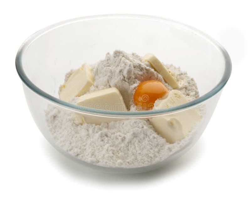 Harina blanca y huevo en taz n de fuente imagen de archivo - Bol de vidrio ...