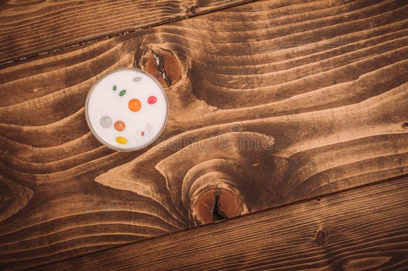 Bol de yaourt aux fruits avec la sucrerie sur la table en bois images libres de droits