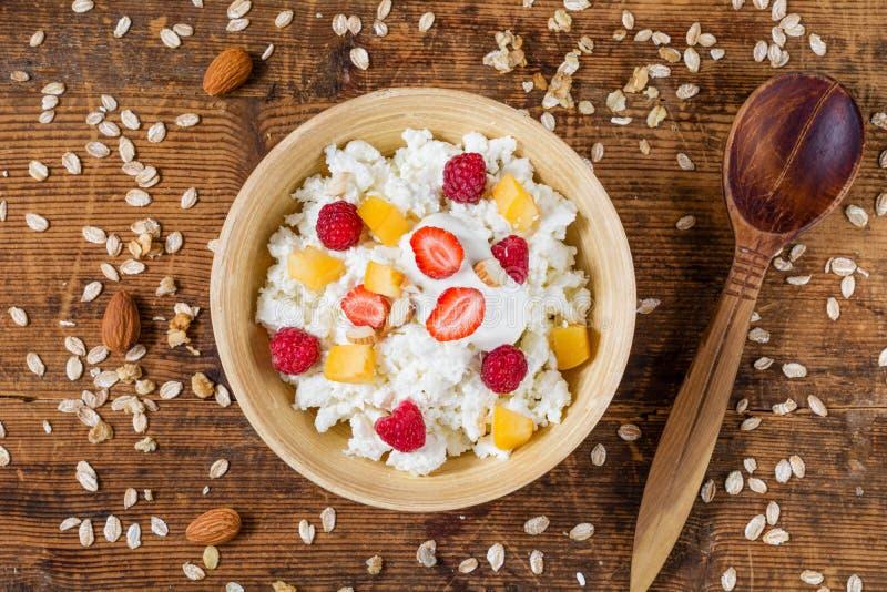 Bol de yaourt avec le quark, les fruits et les écrous photographie stock