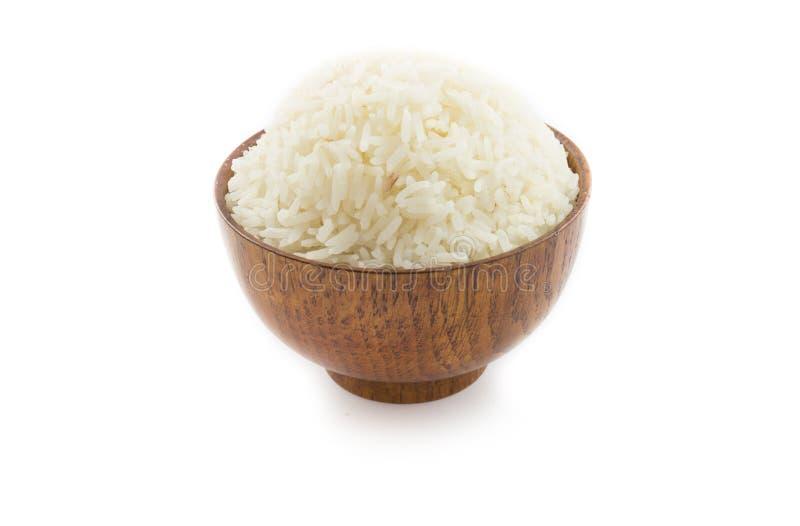 Bol en bois complètement de riz de jasmin sur le fond blanc photos stock