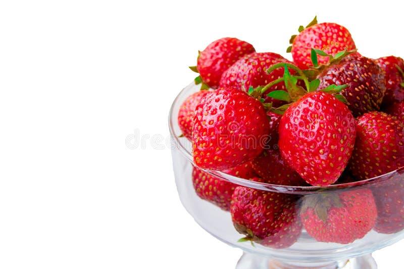 Bol en verre avec les fraises m?res fra?ches, l'espace pour le texte, l'espace de copie, d'isolement sur le fond blanc, maquette, photographie stock