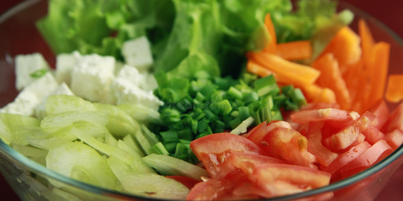 Bol en verre avec les légumes cutted Fin vers le haut photo stock