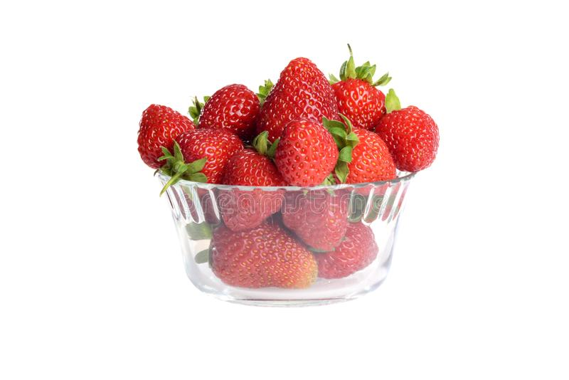 Bol en verre d'isolement de fraises image stock