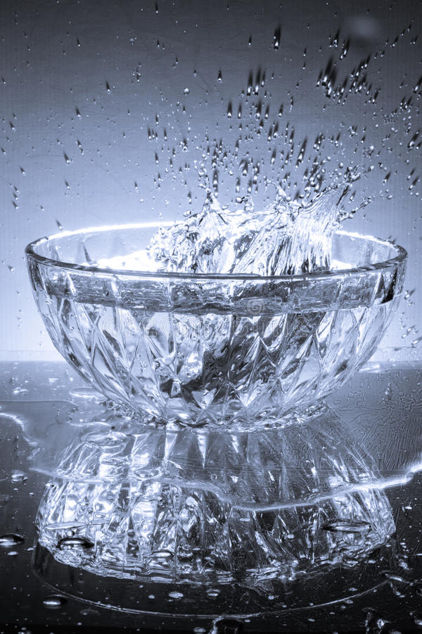 Bol en verre et eau images stock