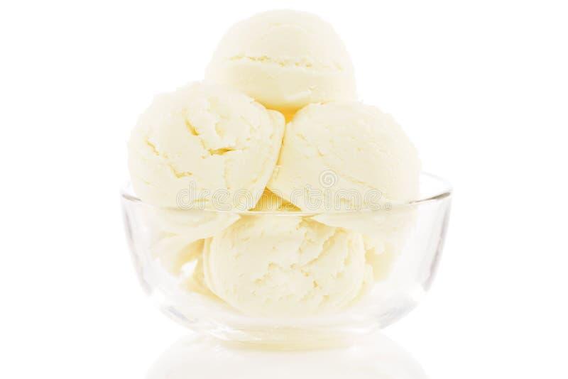 Bol en verre rempli de scoops de crème glacée  photographie stock libre de droits