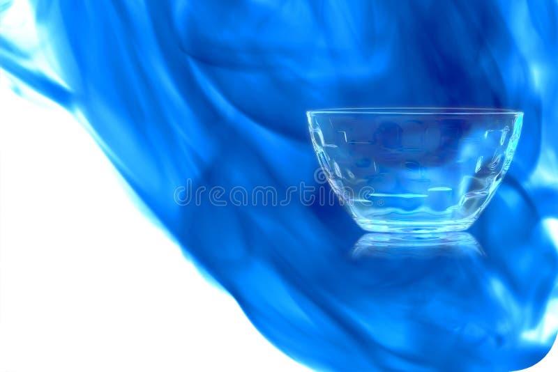 Bol en verre vide de dessert enveloppé dans la fumée bleue photos stock
