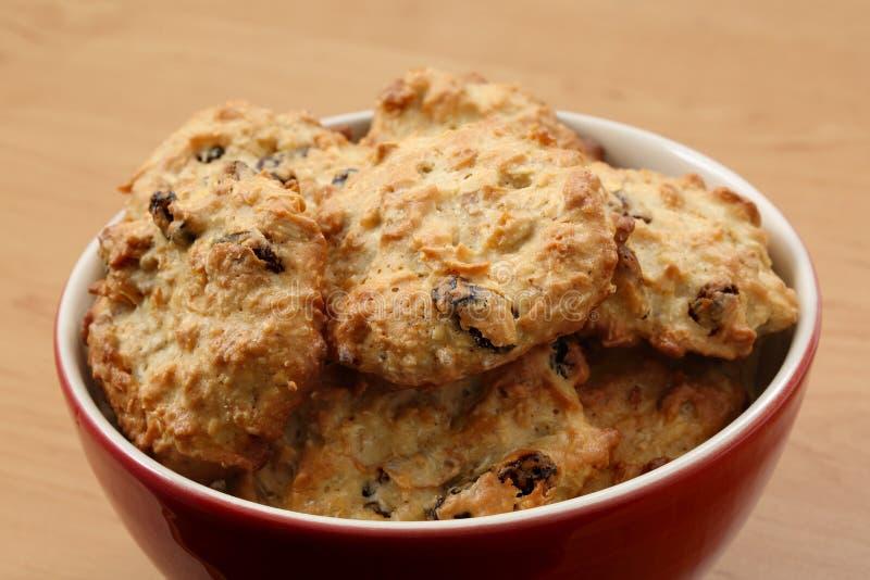 Bol fait frais de biscuits digestifs sur une table photographie stock libre de droits