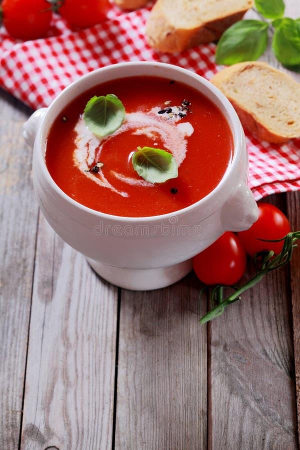Download Bol Fait Maison De Soupe à Tomate Photo stock - Image du vieux, herbe: 45357886