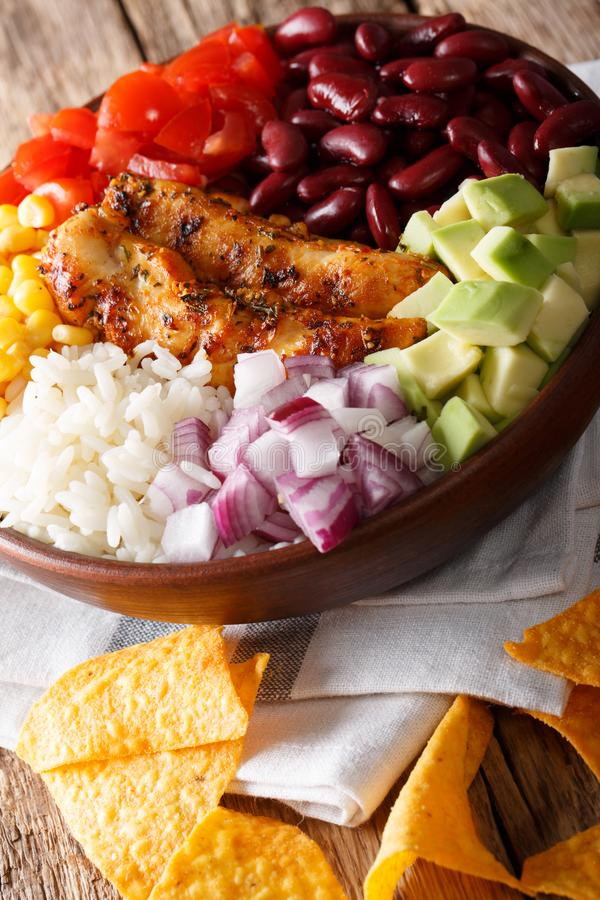 Bol mexicain de burrito avec le poulet, le riz et les légumes grillés c images stock