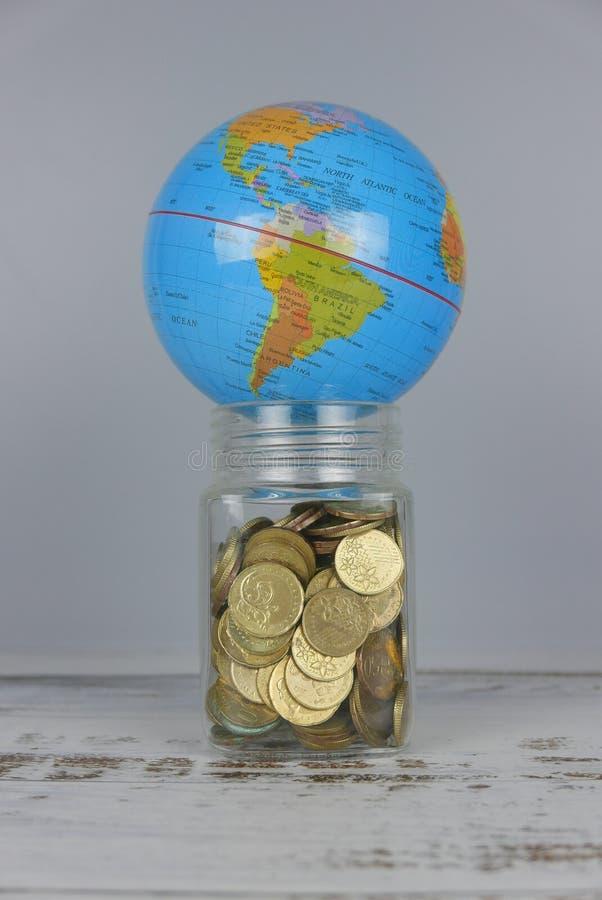 Bol over kruik van muntstukken Geld en wereldconcept stock afbeelding