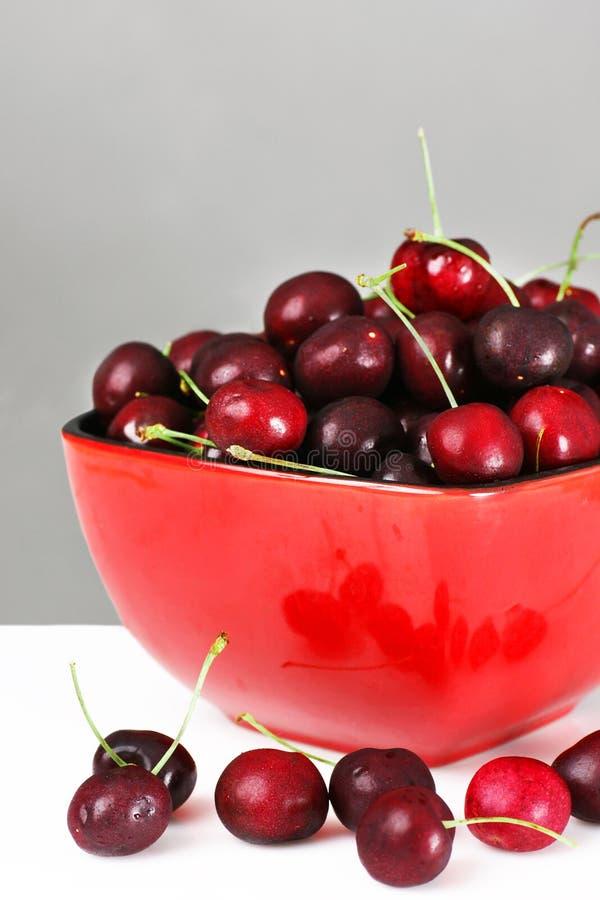 Bol rouge de cerises photo stock. Image du pile, régime