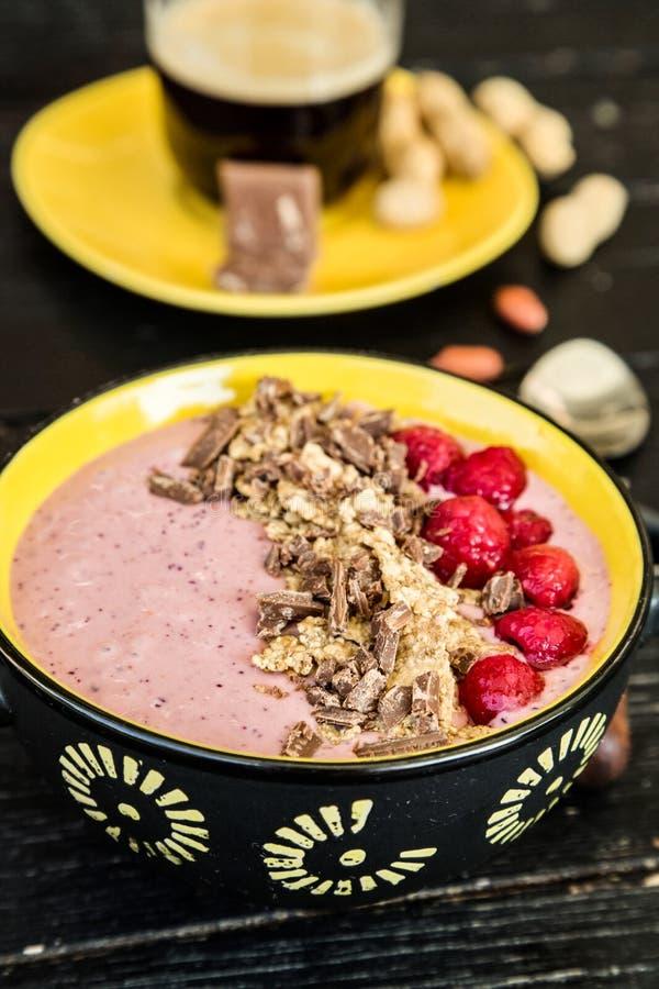 Bol sain de Smoothie de petit déjeuner avec les fruits surgelés, le yaourt grec et les céréales images libres de droits