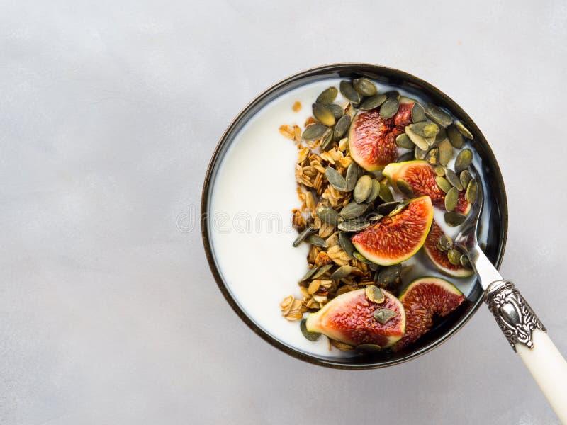 Bol sain de yaourt de petit déjeuner avec la granola et la figue image libre de droits