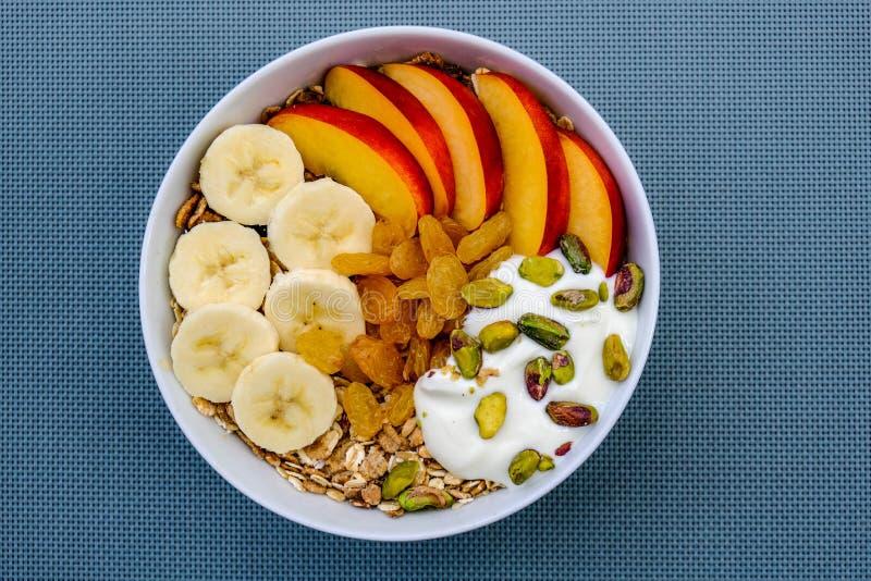 Bol végétarien sain de petit déjeuner de fruit et d'écrous de Muesli avec du yaourt photos stock
