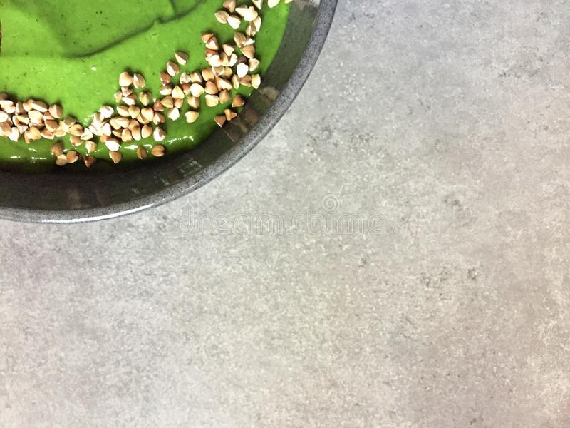 Bol vert de smoothie avec du sarrasin photos stock