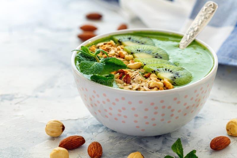 Bol vert de smoothie pour un petit déjeuner sain photo libre de droits