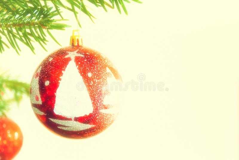 Bola adornada roja en árbol de navidad foto de archivo