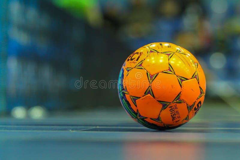 Bola alaranjada para futsal foto de stock royalty free