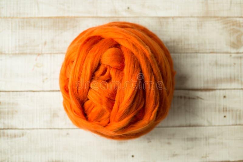 Bola anaranjada de la lana merina fotografía de archivo