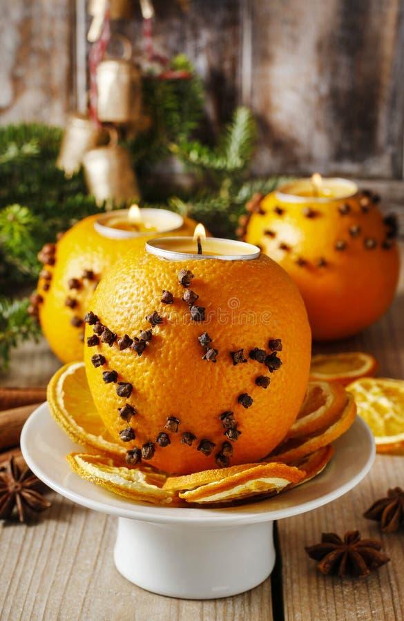 Bola anaranjada del pomo con la vela Decoración de la Navidad fotografía de archivo libre de regalías