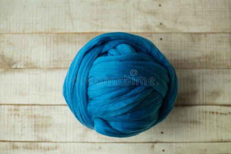 Bola azul de lãs do merino fotografia de stock