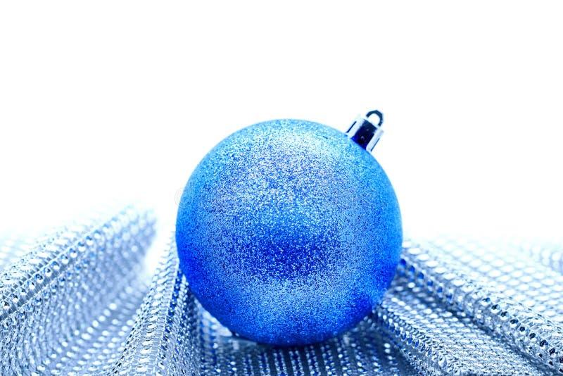 Bola azul de la Navidad en la tela rystal en un fondo blanco fotos de archivo