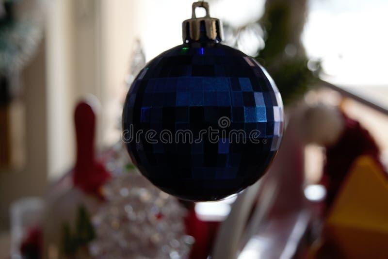 Bola azul del disco brillante en el árbol de navidad imagenes de archivo