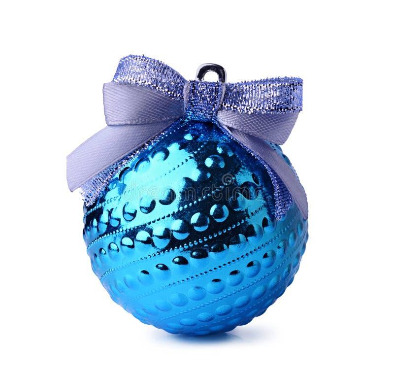 Bola azul do Natal com curva da fita fotografia de stock royalty free