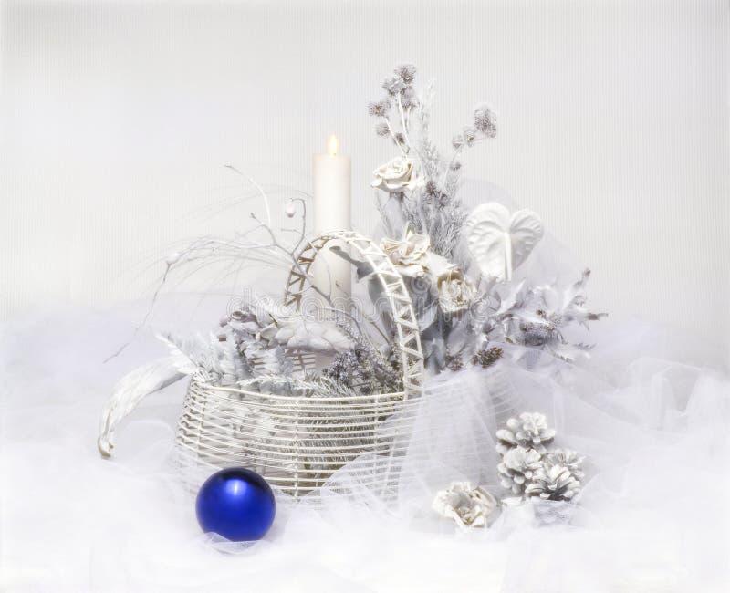 Bola azul do Natal, com com a decoração fotografia de stock royalty free